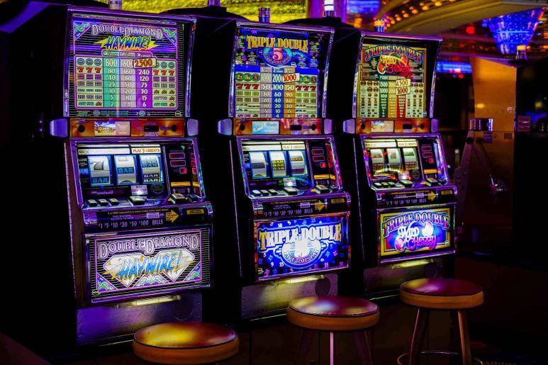 Ein Bild von drei Spielautomaten